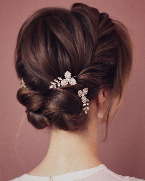 Wedding hairstyle with trendy hairpins