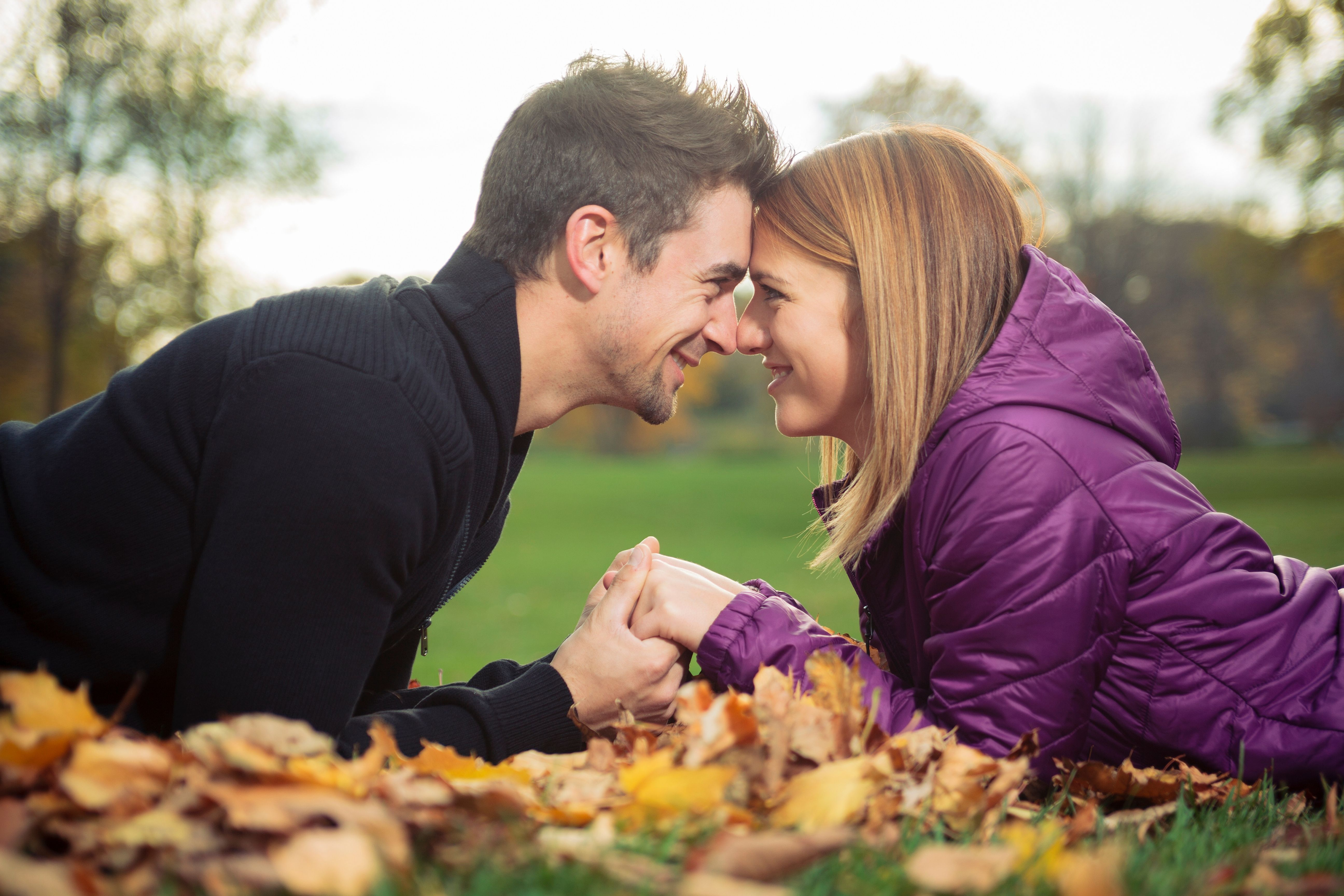Sweet Fall Photoshoot Ideas For Couples